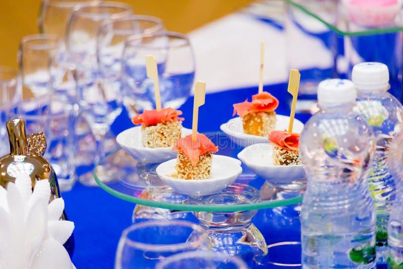 Vissenvoorgerechten bij het buffet Zalmdelicatessen op het buffet Glaswerk in het restaurant, het richten zich royalty-vrije stock foto