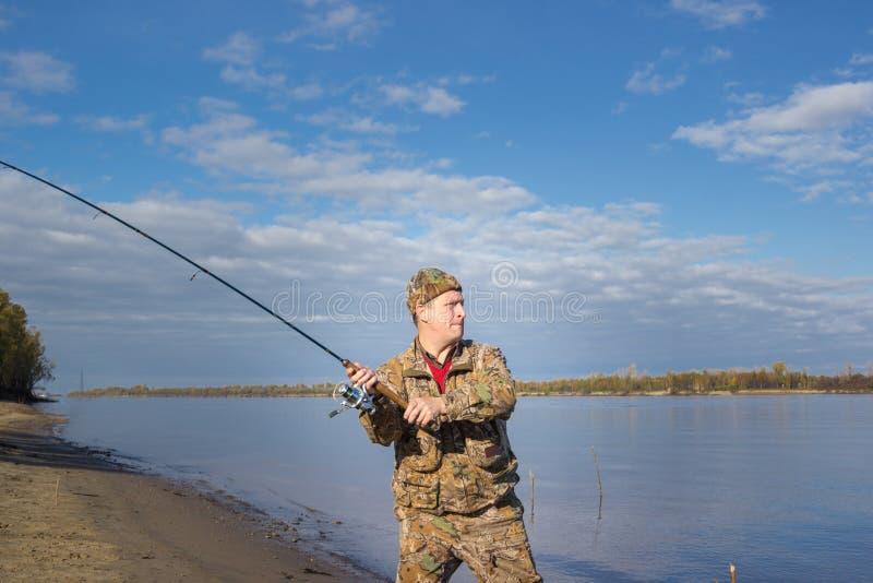 Visser bij de rivier stock foto