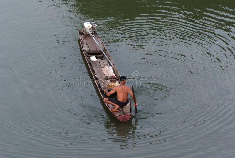 Visser die de vissen op de traditionele boot vinden stock fotografie