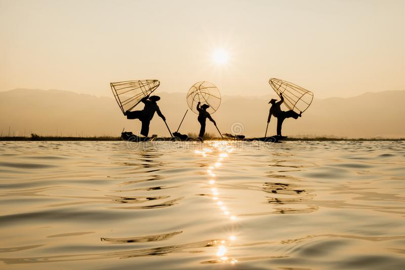 Visser die een vis vangen bij Inle-meer, Myanmar Pastelkleur royalty-vrije stock fotografie