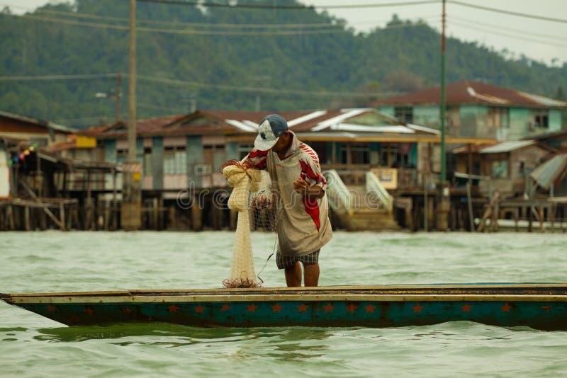 Visser die in het overzees, Kampong Ayer, Brunei vissen royalty-vrije stock afbeeldingen