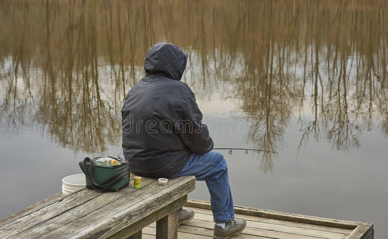 Visser die op dok in koud weer vissen royalty-vrije stock foto