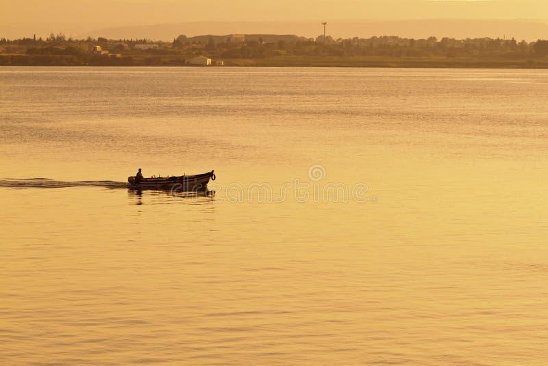 Visser en boot in haven stock fotografie