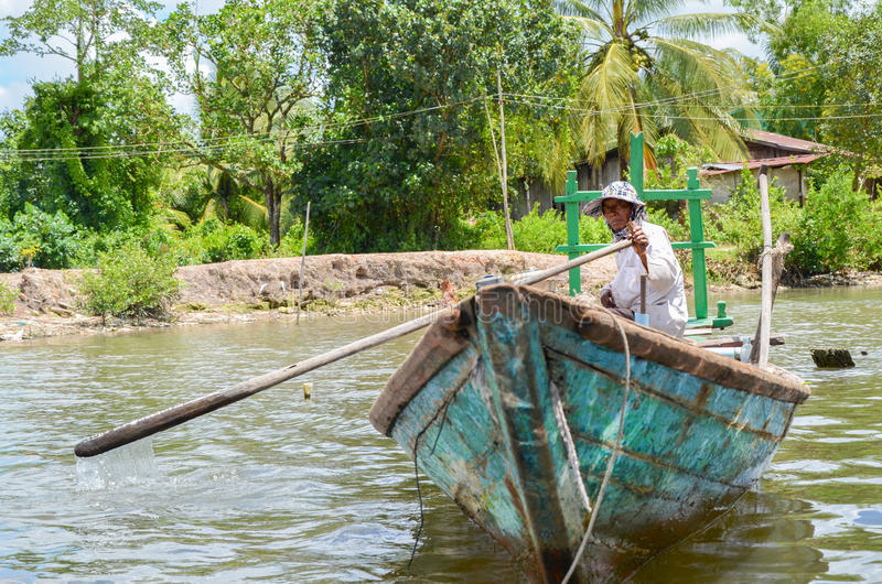Visser in het dorp van Andoung Tuek, Kambodja 8 september, 2015 stock fotografie