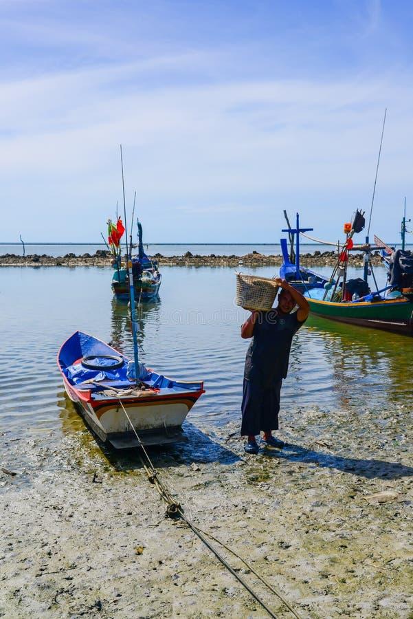 Visser het dragen het hoogtepunt van de bamboemand van vissen op schouder royalty-vrije stock fotografie
