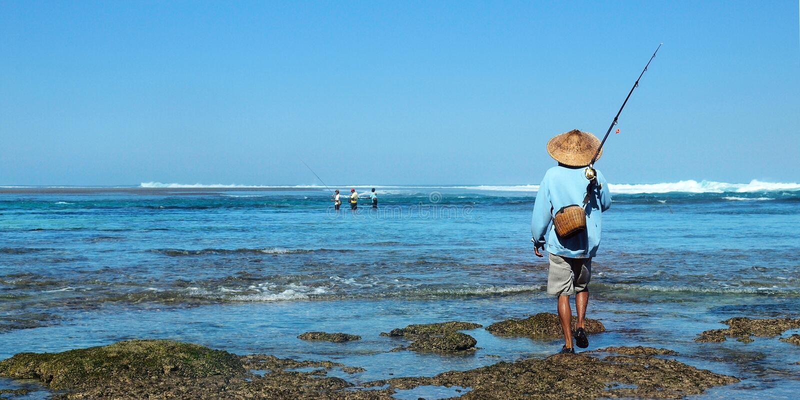 Visser met bamboehoed, die zijn hengel houden royalty-vrije stock foto