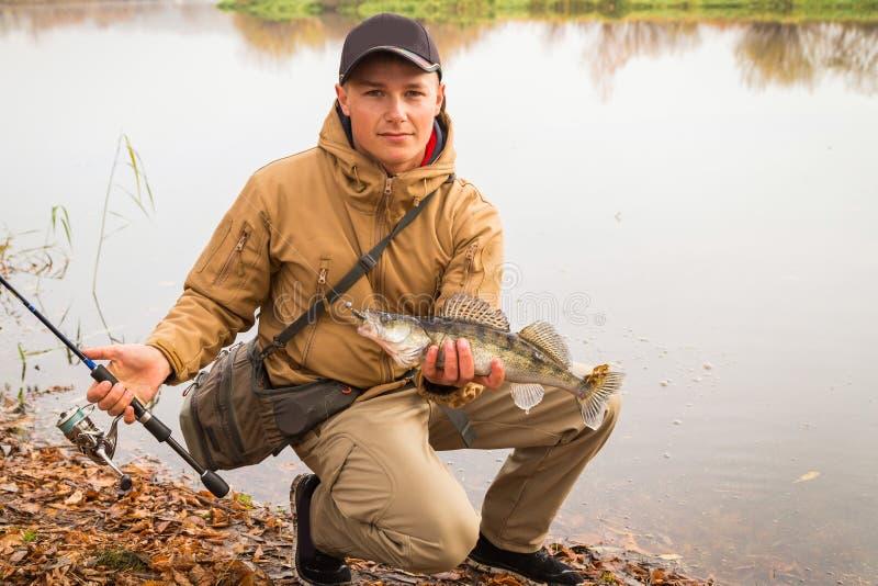 Visser op de rivierbank stock foto