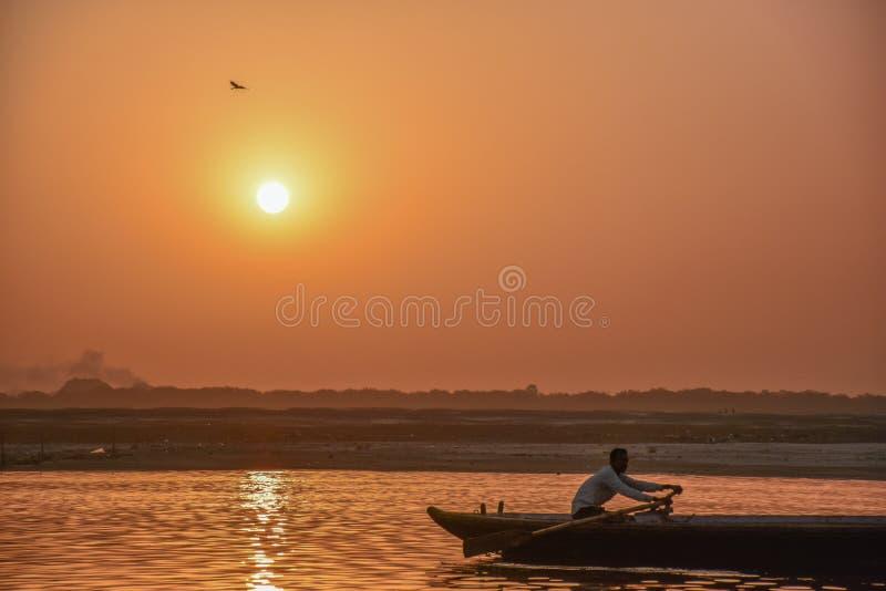 Visser op Ganga, Varanasi India royalty-vrije stock foto's