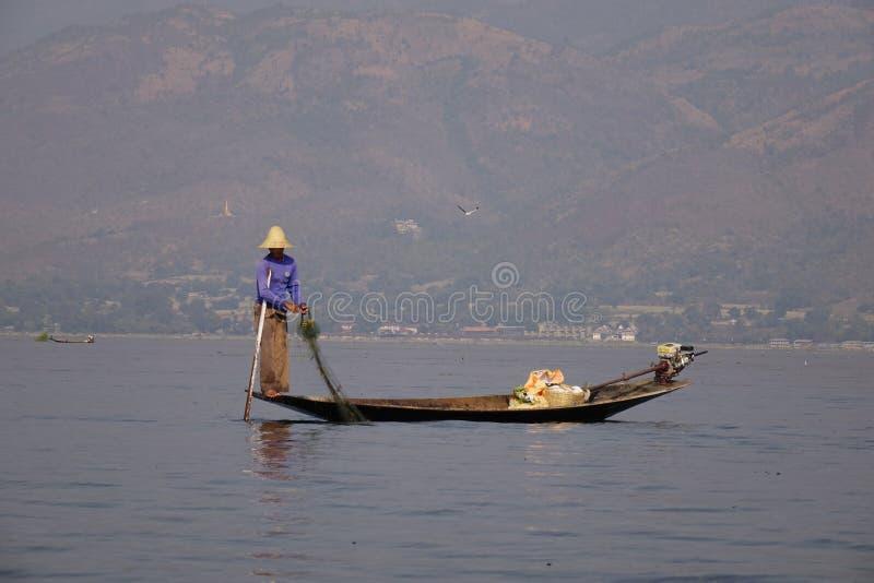 Visser op Inle-Meer, Myanmar stock afbeeldingen