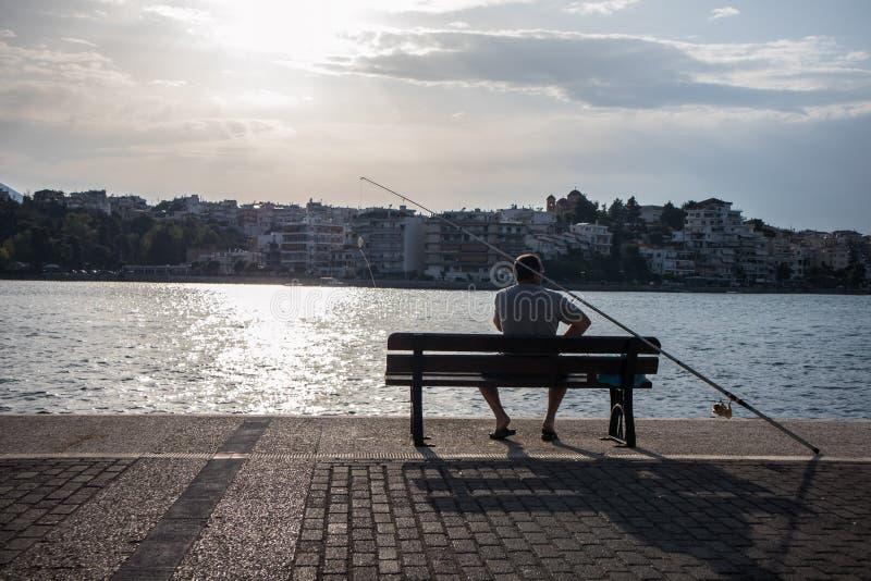 Visser op plicht, in een kuststad in Grece stock foto's