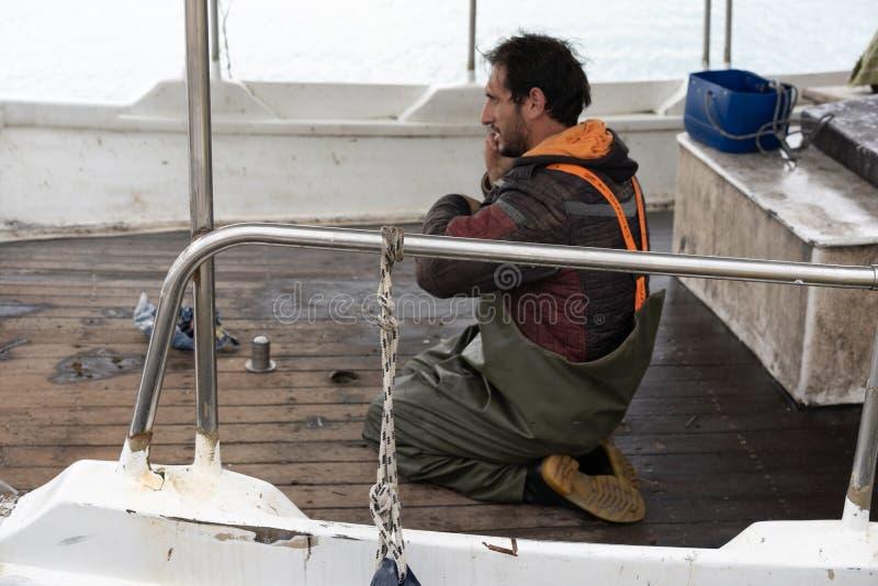 Visser op zijn boot stock foto