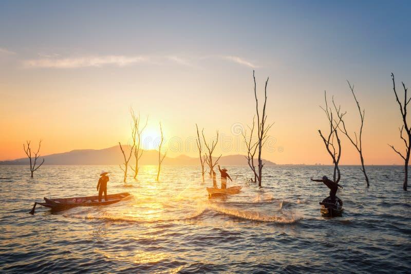 Visser van Bangpra-Meer in actie wanneer visserij royalty-vrije stock foto