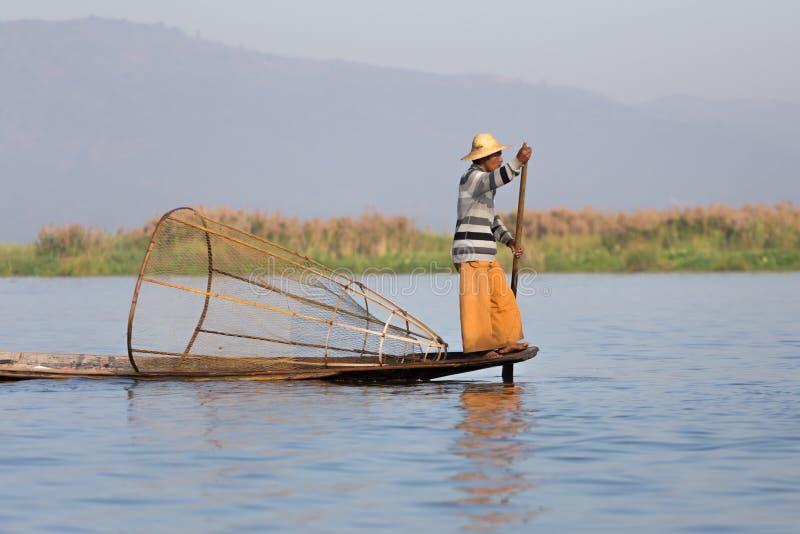 Visser van Inle-Meer in actie, Myanmar stock afbeelding