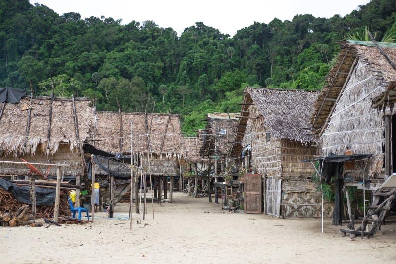 Visser Village velen uitstekend die huis op strand in Phuket wordt geplaatst voor stock foto