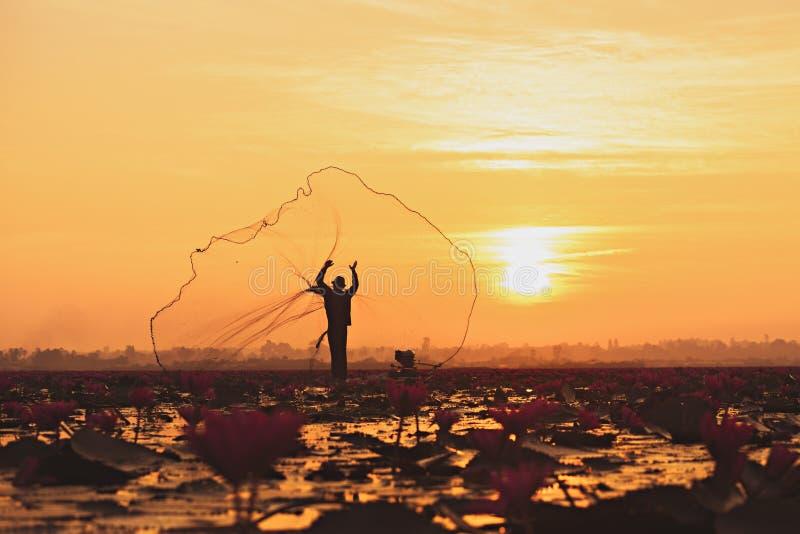 Visser, Vissers die in de vroege ochtend vissen stock fotografie