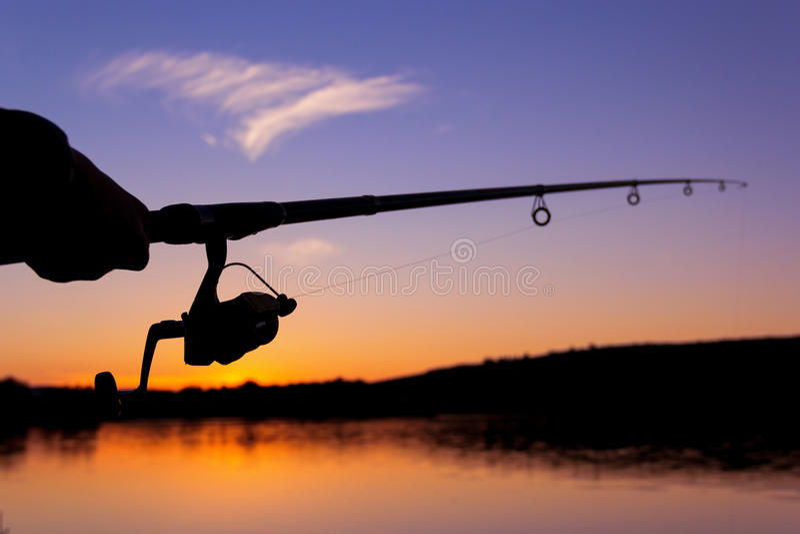 Visserij bij zonsondergang dichtbij het overzees royalty-vrije stock fotografie