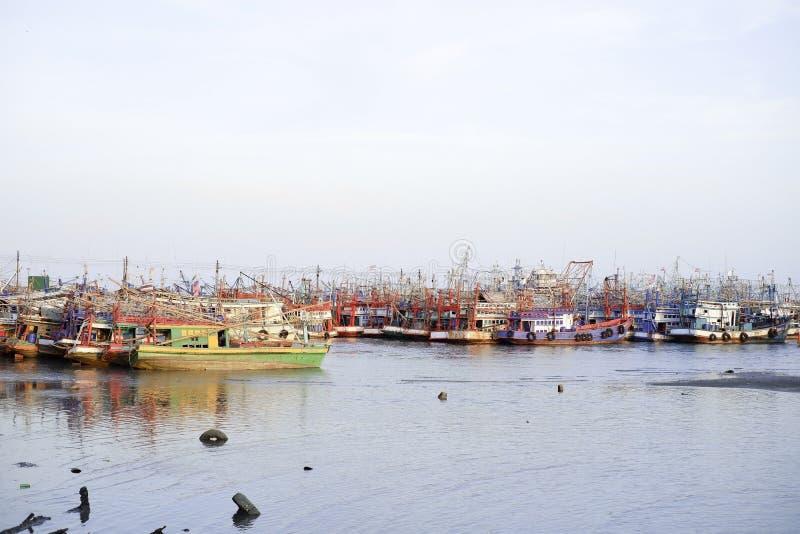 Visserij, commerciële boot, vissen, hemel, water stock foto