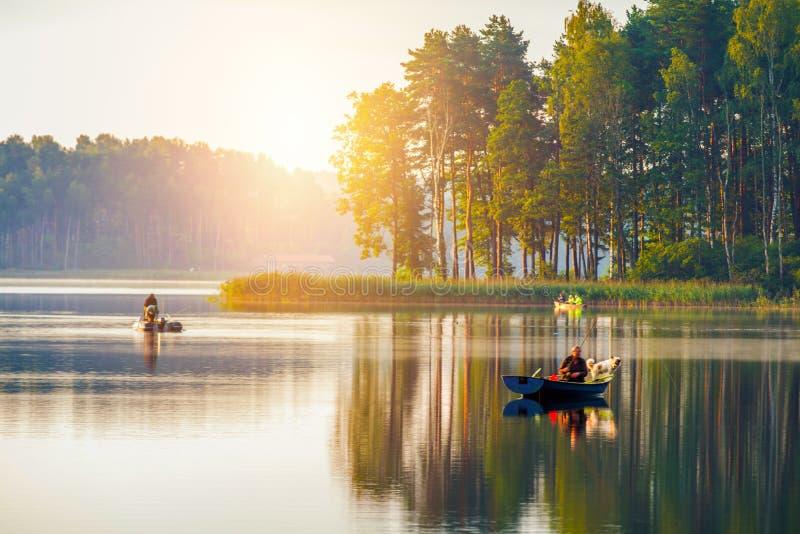 Visserij in een meer bij zonneschijn royalty-vrije stock afbeelding