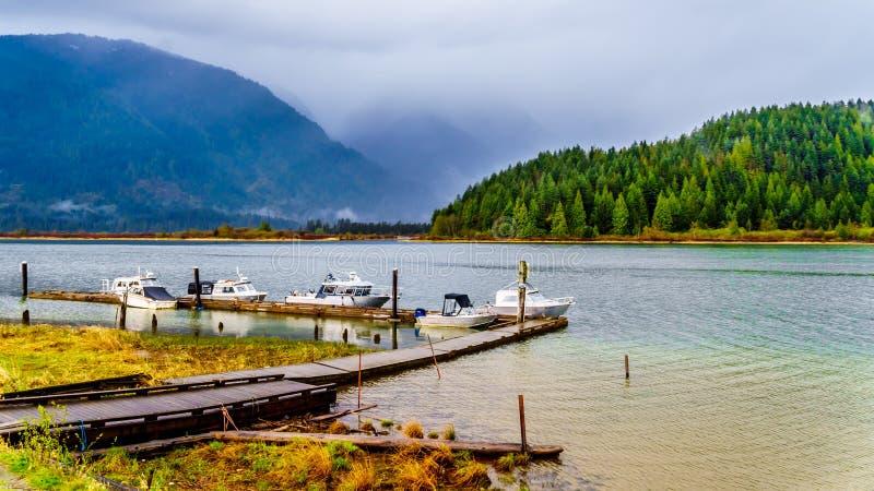 Visserij en Pleaseure-Boten bij het dok in Pitt Lake worden vastgelegd dat stock foto's