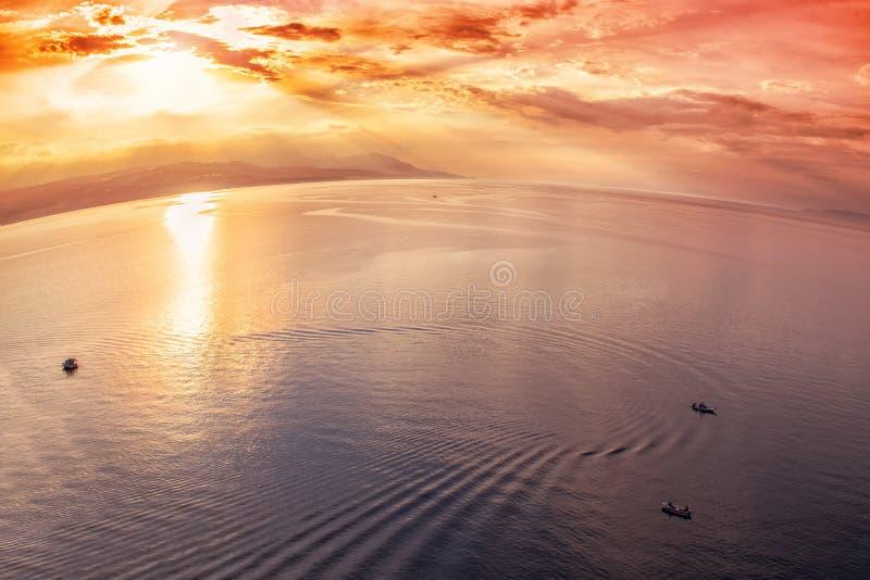 Visserij in het Middellandse-Zeegebied bij zonsondergang stock foto's