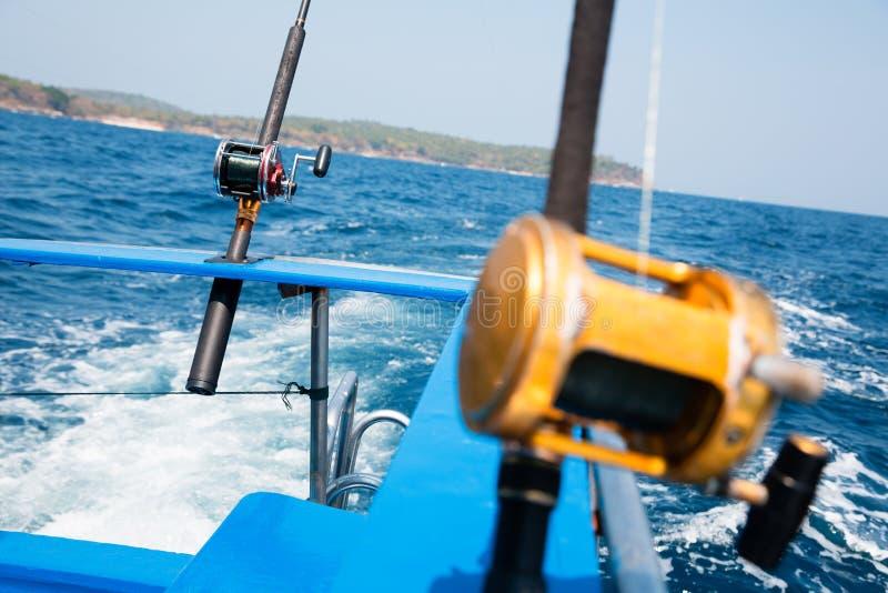 Visserij met een sleeplijn vissend een boot in het Andaman-Overzees royalty-vrije stock afbeelding