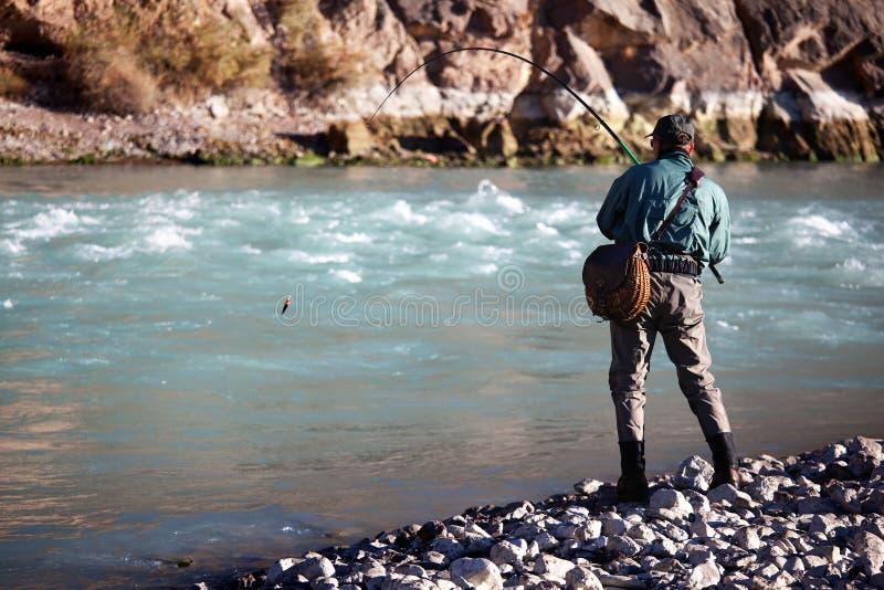 Visserij op bergrivier royalty-vrije stock foto
