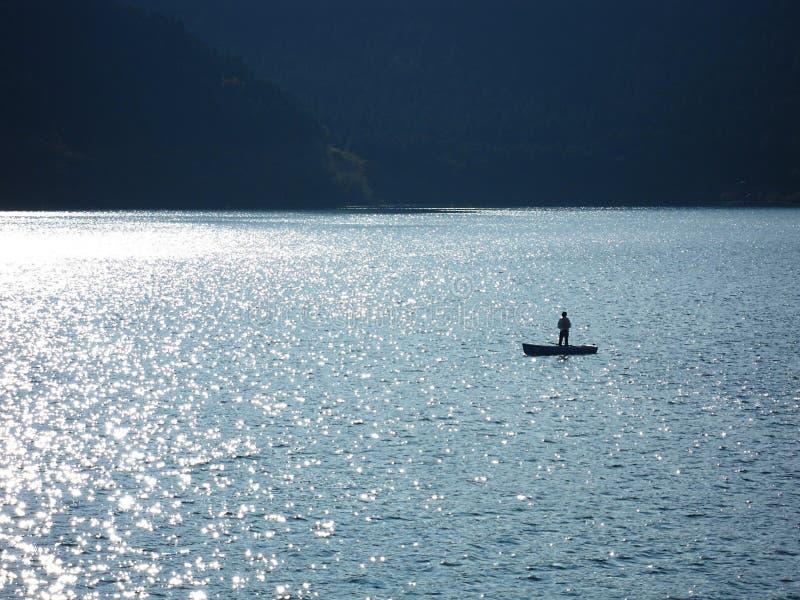 Visserij op de boot bij Ashi-meer stock foto
