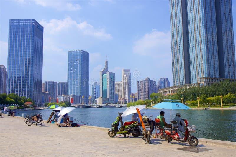 Visserij op de rivierpromenade in Tianjin, China royalty-vrije stock afbeelding