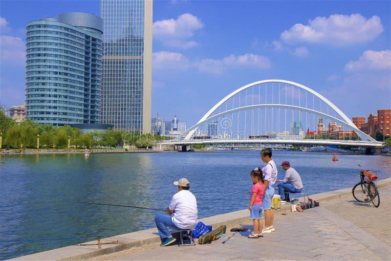 Visserij op de rivierpromenade in Tianjin, China stock foto's