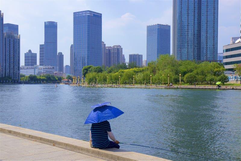 Visserij op de rivierpromenade in Tianjin, China stock afbeeldingen
