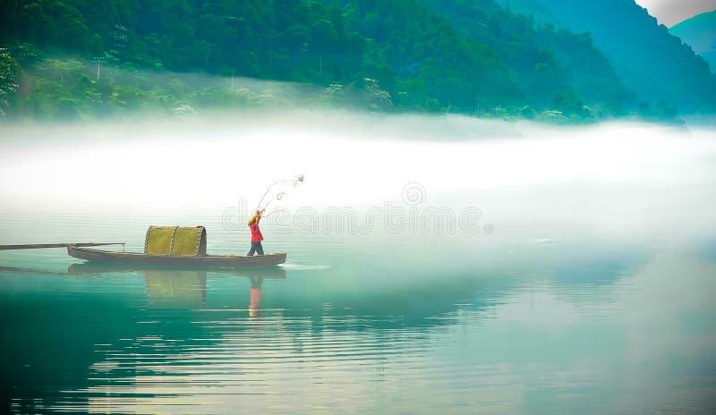 Visserij op Dongjiang-Meer bij dageraad royalty-vrije stock foto's