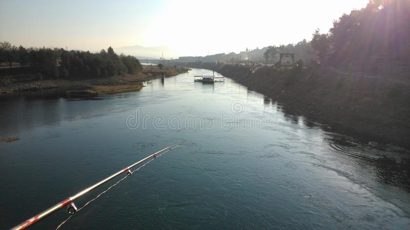 Visserij op een brug stock afbeeldingen