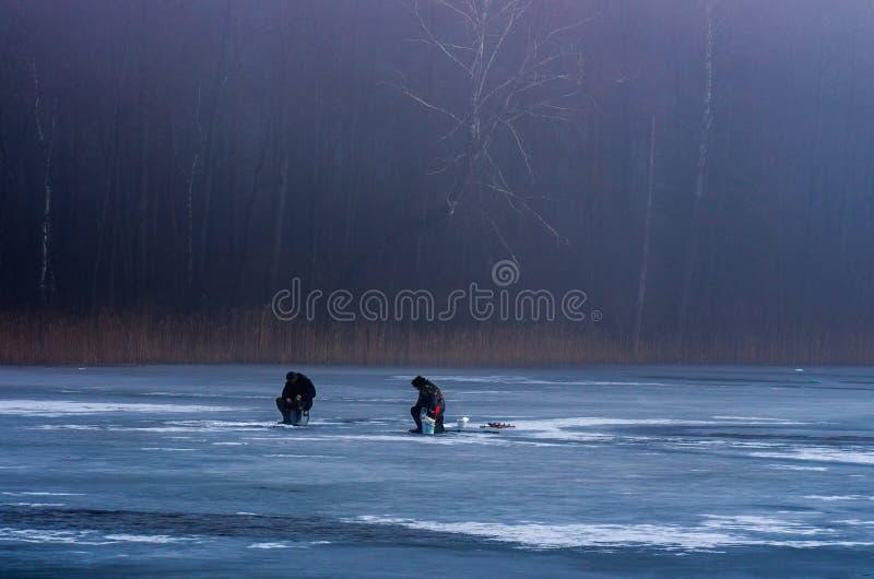 Visserij op het bevroren meer stock foto