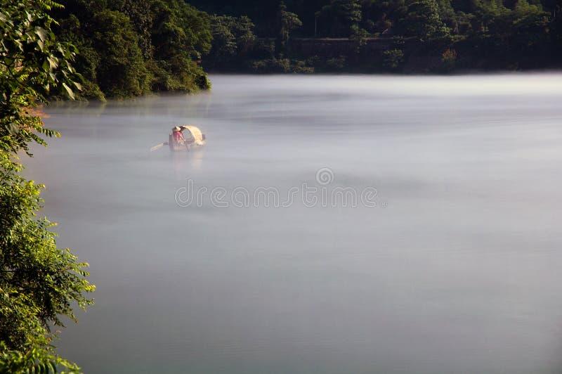 Visserij op het Dongjiang-Meer stock foto
