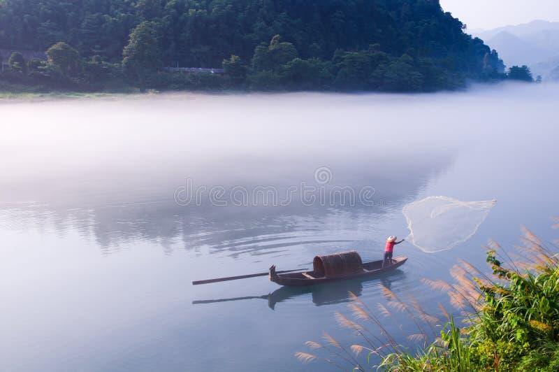 Visserij op het Dongjiang-Meer stock foto's