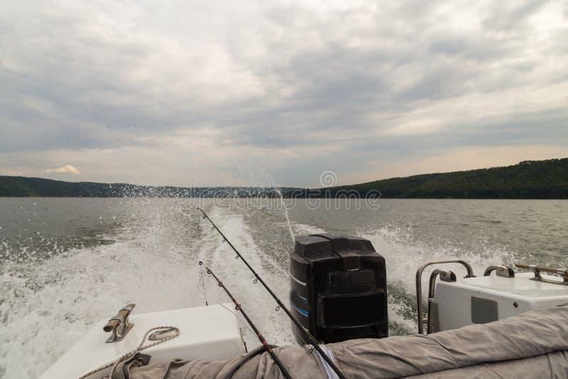 Visserij van boten op een grote rivier stock afbeeldingen