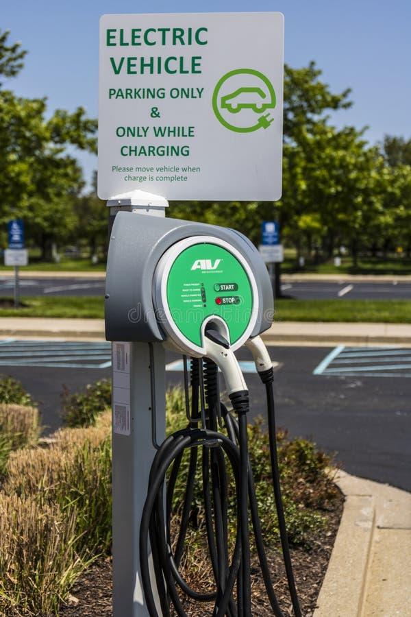 Vissers - Circa Mei 2017: Elektrisch voertuig het Laden gebied De elektrische voertuigen en het laden de posten worden populaire  stock foto