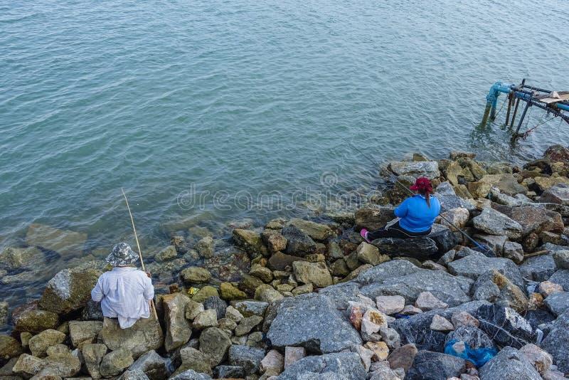 Vissers die in het meer in Songkhla vissen stock foto's