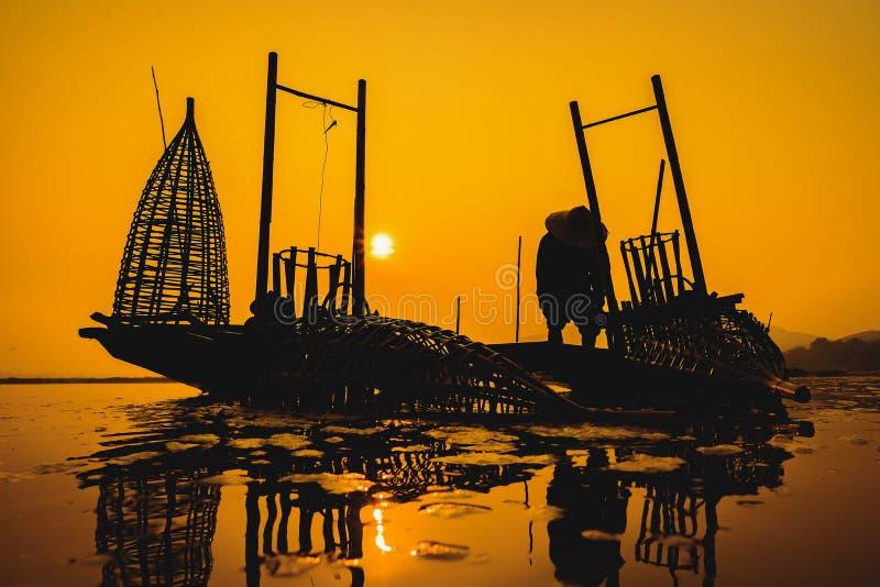 Vissers die in het ochtend gouden licht vissen, visser die in de rivier, Thailand, Vietnam, myanmar, Laos vissen stock afbeeldingen
