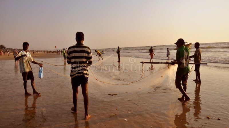 Vissers die hun netto klaar voor visserij krijgen stock foto's