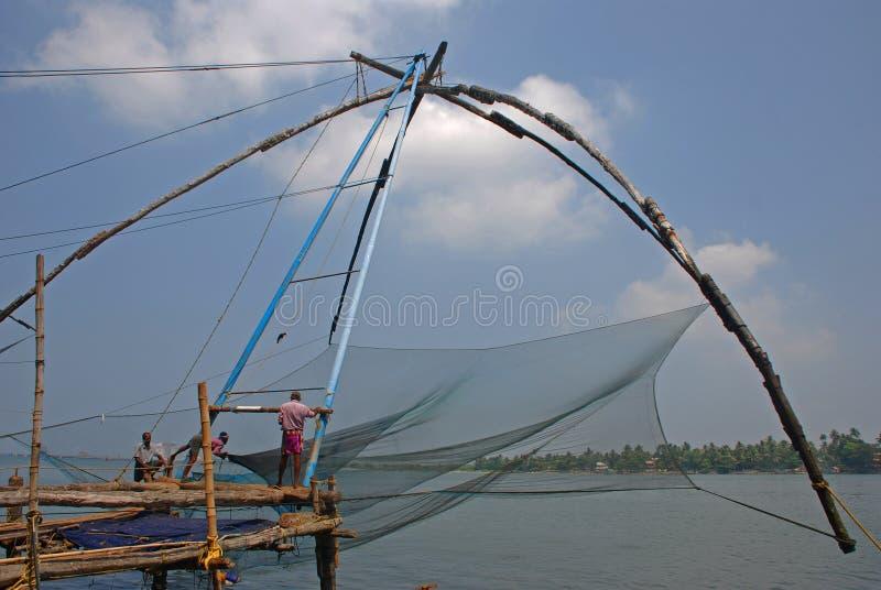 Vissers die met Chinese visnetten bij Fort Cochin werken royalty-vrije stock afbeelding
