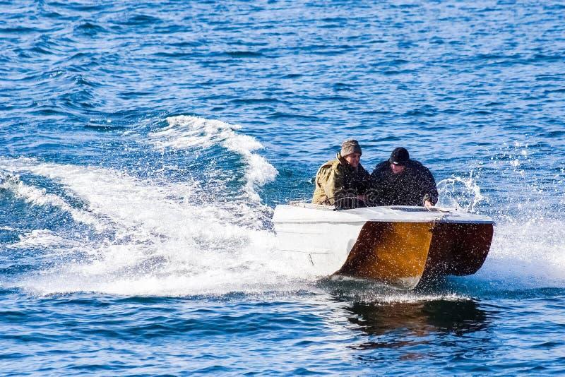 Vissers in een motorboot die op Meer Baikal varen stock foto