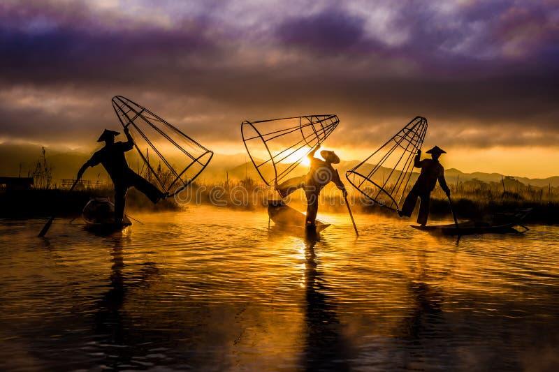 Vissers Vissers in Inle-Meer bij zonsopgang royalty-vrije stock fotografie