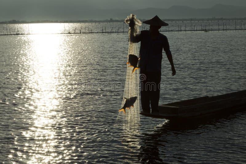 Vissers in meer stock foto
