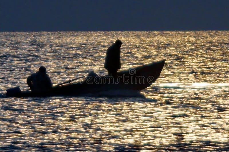 Vissers op een boot in het midden van de Zwarte Zee stock foto's