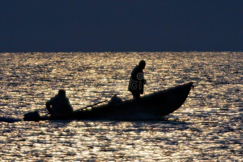 Vissers op een boot in het midden van de Zwarte Zee royalty-vrije stock foto's
