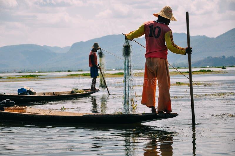 2 vissers op Inle-Meer royalty-vrije stock afbeelding