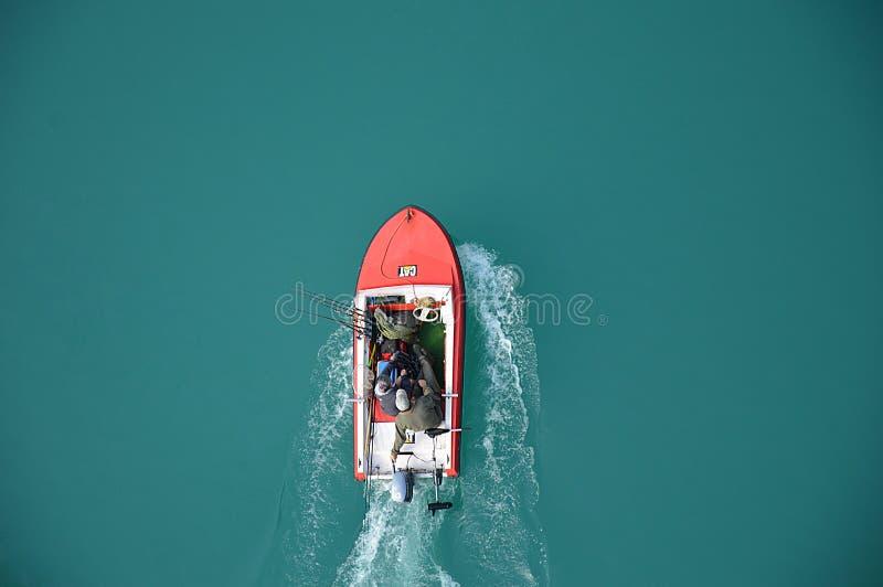 Vissers op motorboot stock afbeelding