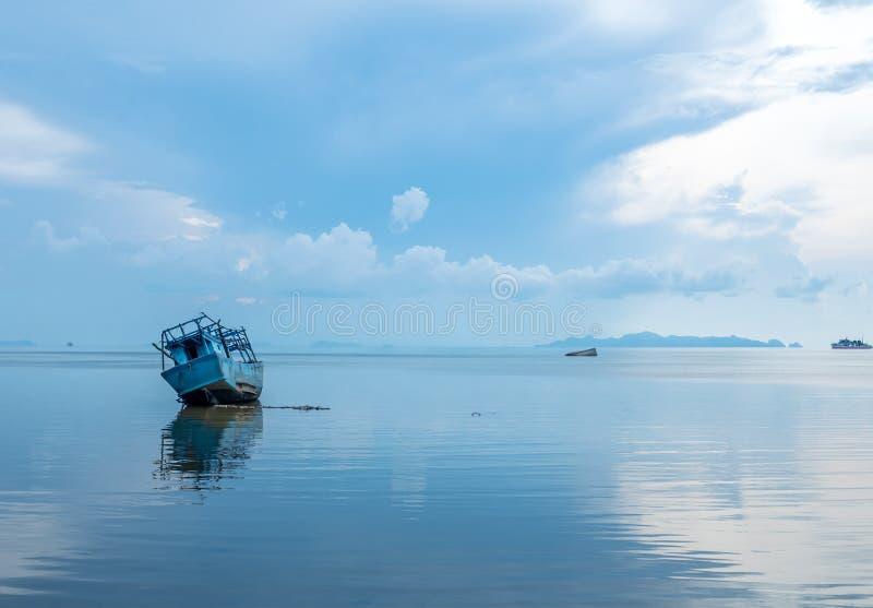 Vissersboot aan de grond over ondiep water royalty-vrije stock foto's