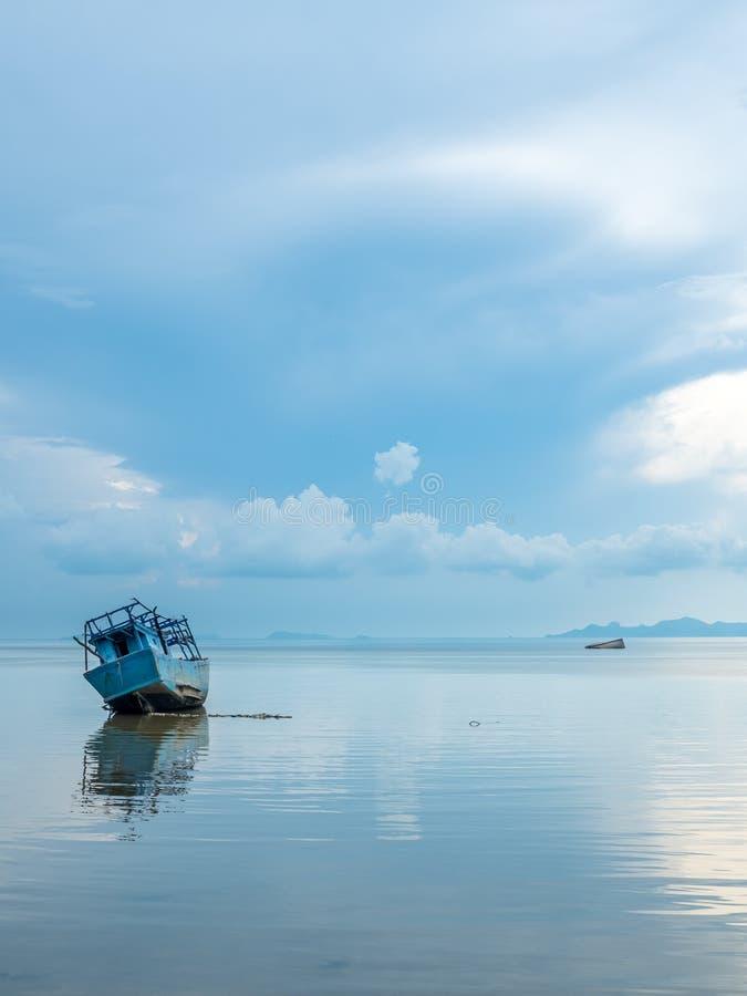 Vissersboot aan de grond over ondiep water royalty-vrije stock fotografie